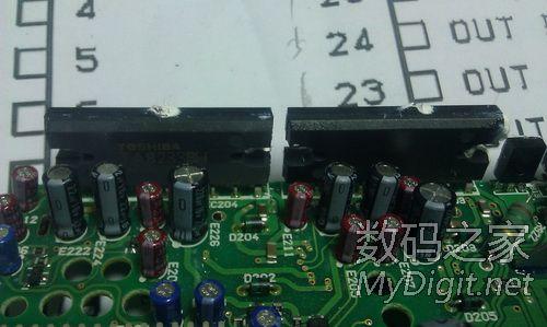 《2颗双通道功放块》   《底层主板》   《中层cd机芯》 高清图片
