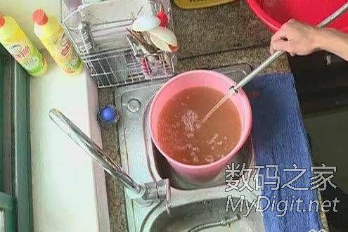 电热水器内沉积的污垢水