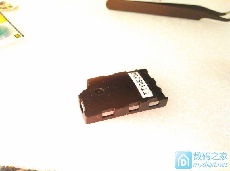 给汽车遥控钥匙换电池高清图片