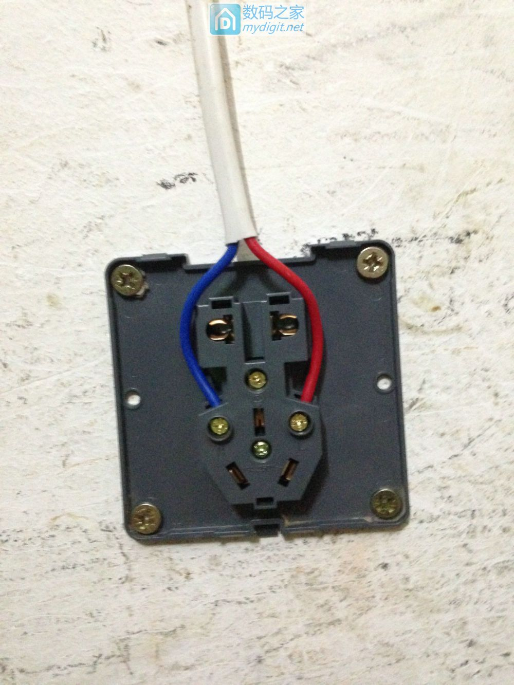多余没用到的东西东挪西凑出一个移动插线板