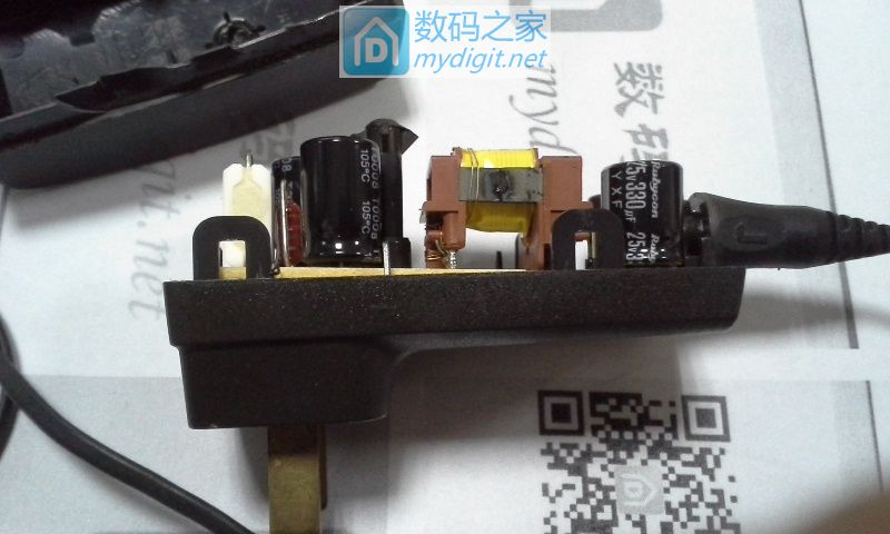 拆个NOKIAACP-8C 充电器,以为山货,中间有个螺丝,里面还带卡扣。