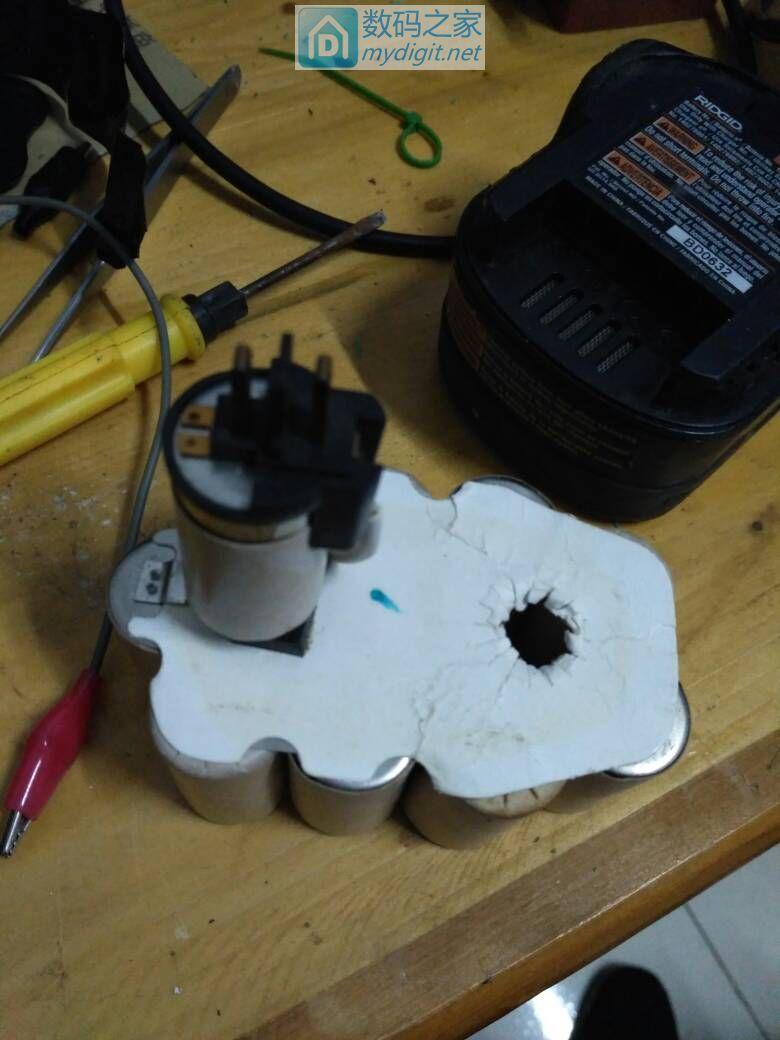 求教怎样才能让充电器给这个得伟两针的电池充上电