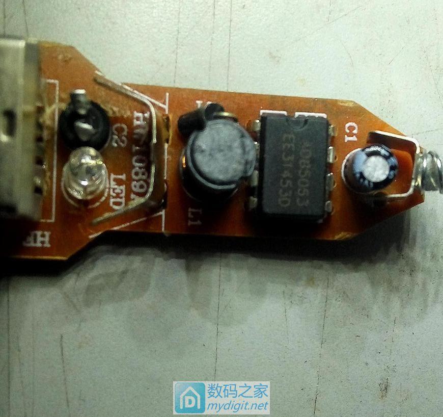 简单的电路板,可以看到爆炸了的电解
