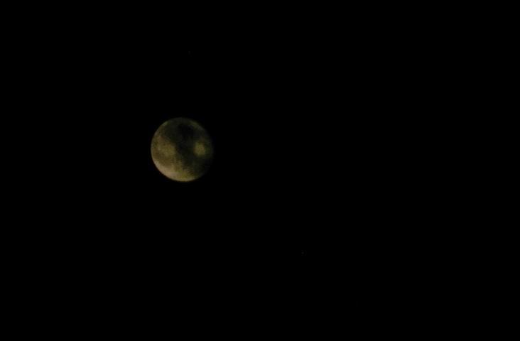 拍月亮,镜头210端还是不清楚。