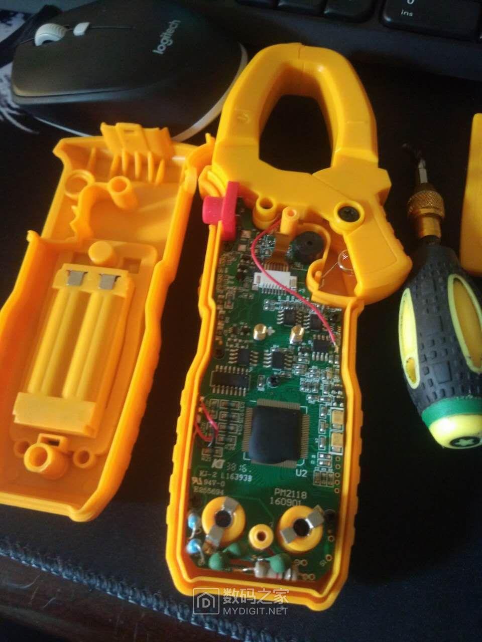 上下各一螺丝中间电池仓螺丝可以不卸