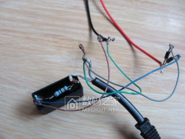 .   用四个二极管组装整流桥.   找到一根电脑上用的接插线,连接在图片
