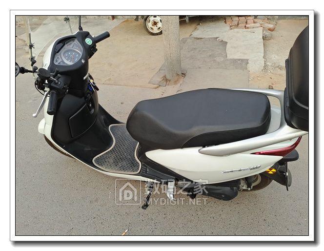 今天完成一个还算满意的改装,给本田佳御踏板摩托车加装了电压与时间、温度显示