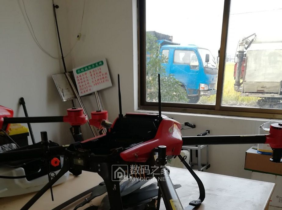 新型农民符号的无人机喷洒机