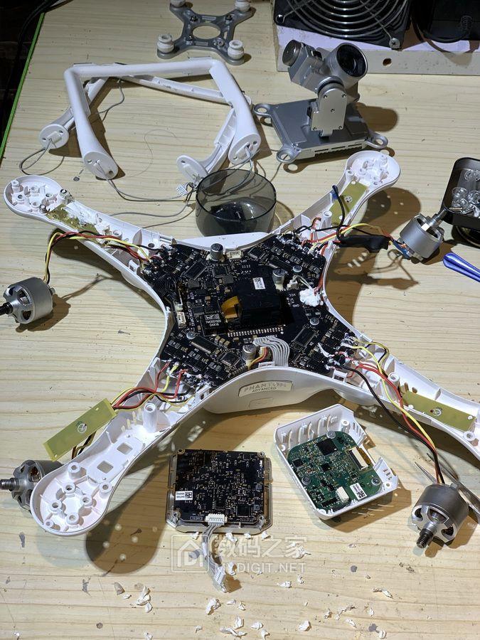 把好好的一台无人机给拆的这幅熊样,真不知道装回去还能起飞吗