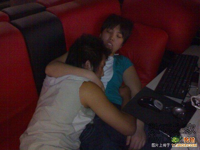 偷拍帅哥美女们在网吧包夜的个性睡姿